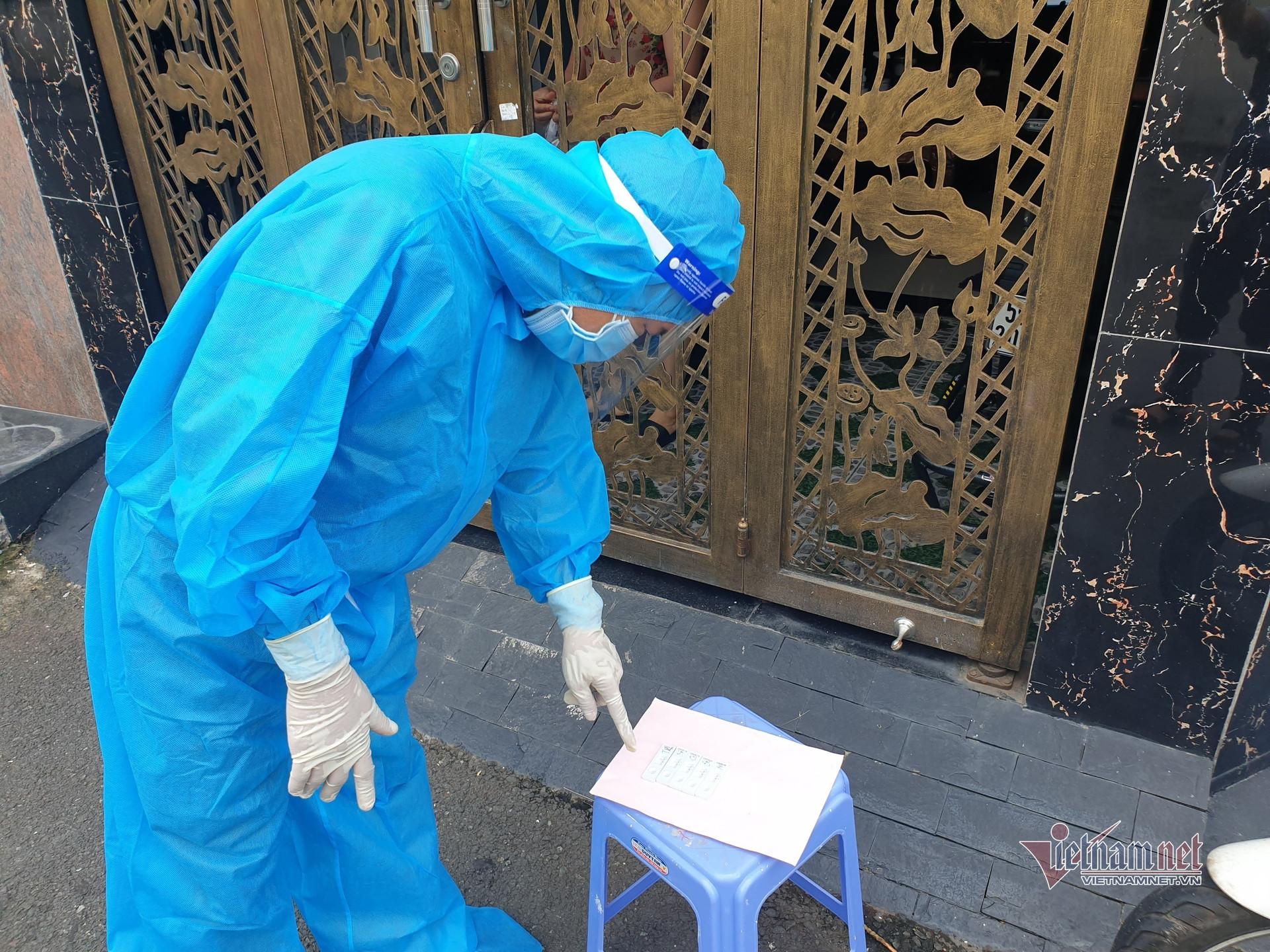Dân 'vùng đỏ' ở TP.HCM tự 'chọc mũi' xét nghiệm, biết kết quả tại nhà