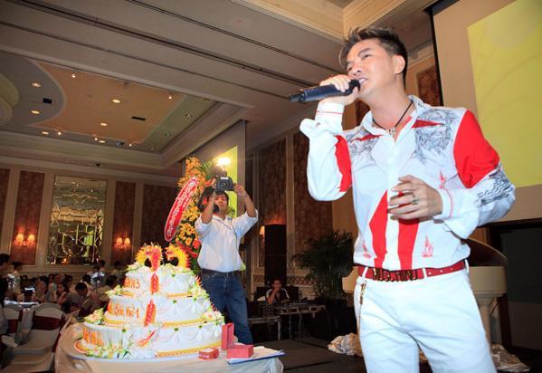 Đàm Vĩnh Hưng mặc style Fuho hát trong tiệc bà Phương Hằng-4