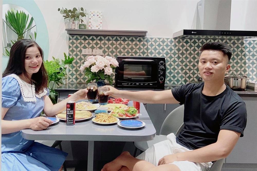 Chồng nấu cơm cữ cho vợ trong dịch, 30 ngày không trùng bữa-2