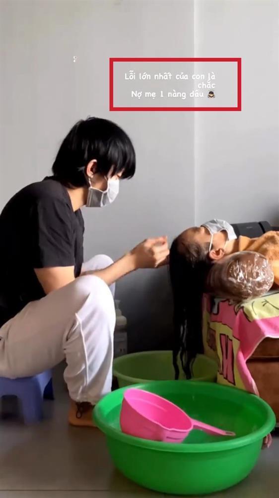 Kay Trần tung clip gội đầu cho mẹ, caption nàng dâu gây chú ý-1