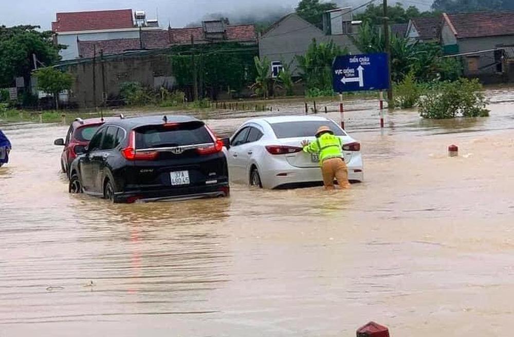 Thủy điện và hồ đập xả lũ, nhà dân ở Nghệ An ngập sâu trong nước-2