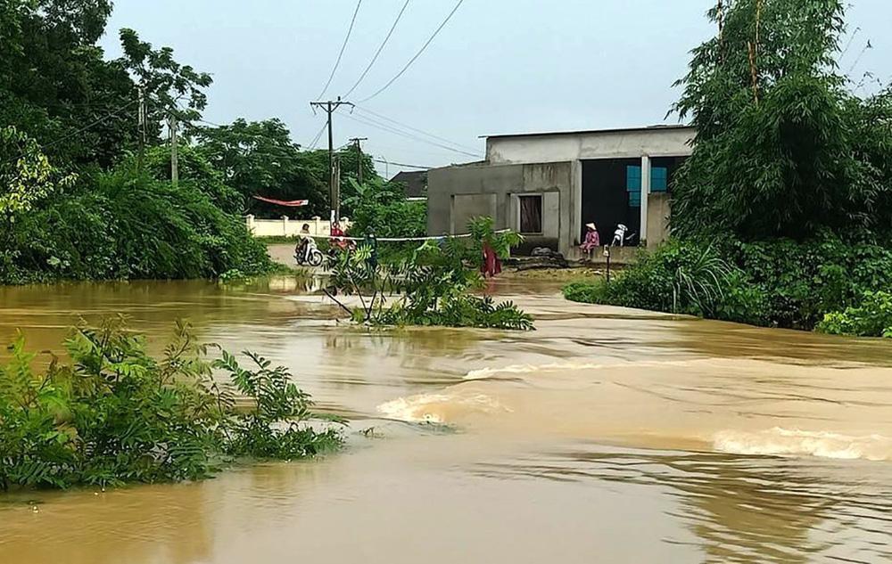 Thủy điện và hồ đập xả lũ, nhà dân ở Nghệ An ngập sâu trong nước-4