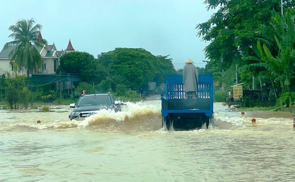 Thủy điện và hồ đập xả lũ, nhà dân ở Nghệ An ngập sâu trong nước-9