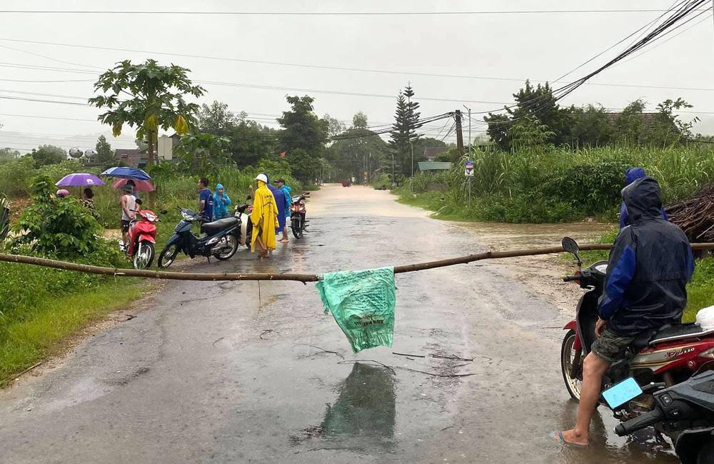 Thủy điện và hồ đập xả lũ, nhà dân ở Nghệ An ngập sâu trong nước-10