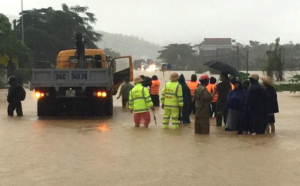Thủy điện và hồ đập xả lũ, nhà dân ở Nghệ An ngập sâu trong nước-17