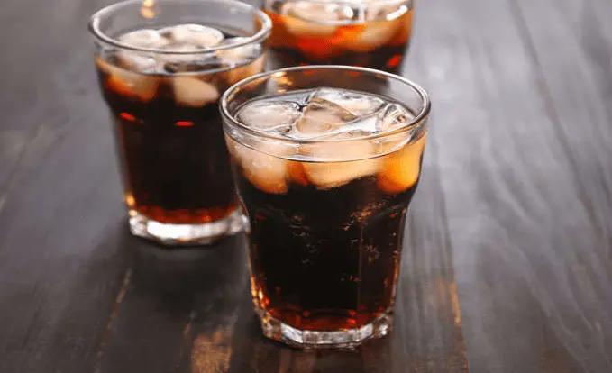 Đồ uống nhiều đường đường có thể làm suy giảm lượng elastin và collagen của cơ thể - 2 loại protein chính, có vai trò duy trì làn da mềm mại, mịn màng, dẻo dai và săn chắc