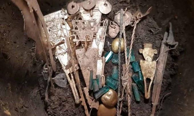 Hũ gốm 600 năm tuổi chứa đầy vàng bạc và ngọc lục bảo