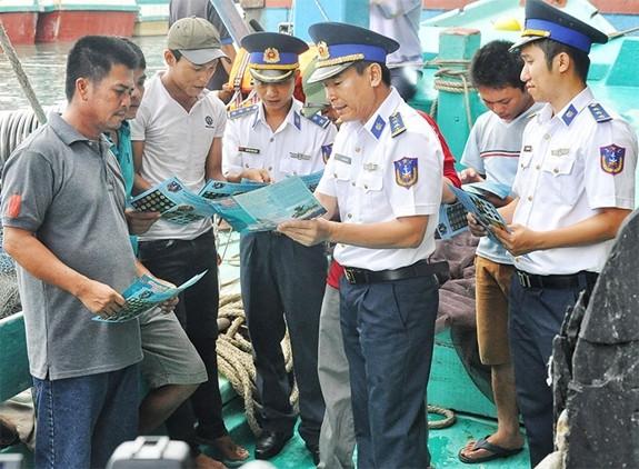 Cán bộ Cảnh sát Biển Việt Nam phổ biến luật CSB cho ngư dân
