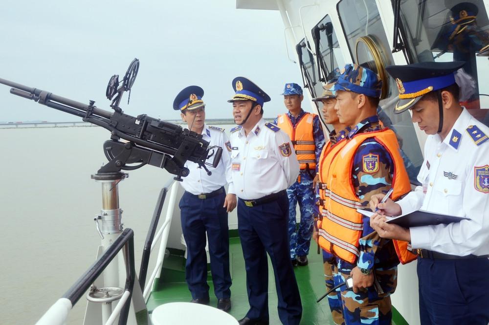 Kiểm tra an toàn vũ khí trang bị kỹ thuật trên tàu Cảnh sát biển.