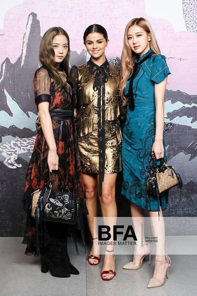 Loạt outfit tham dự Fashion Week của BLACKPINK: Ai ấn tượng nhất?-7