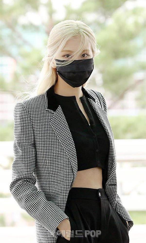 Loạt outfit tham dự Fashion Week của BLACKPINK: Ai ấn tượng nhất?-2