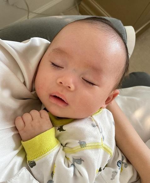 Con trai thứ hai của Phạm Hương có đặc điểm giống anh cả như lột-3