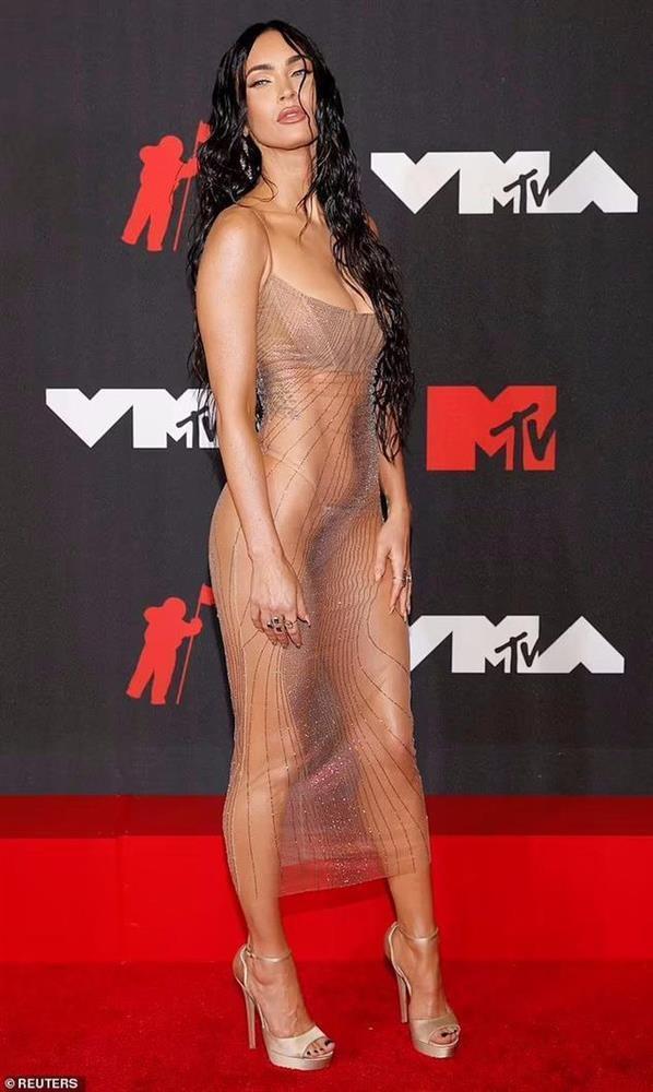 Váy khỏa thân được sao quốc tế chuộng hậu giãn cách-1