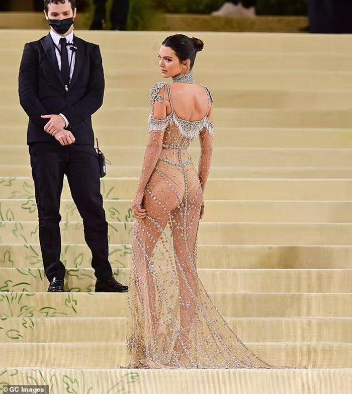 Váy khỏa thân được sao quốc tế chuộng hậu giãn cách-2