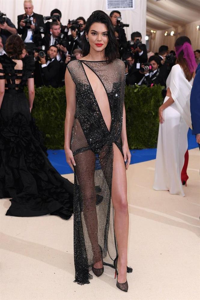 Váy khỏa thân được sao quốc tế chuộng hậu giãn cách-8