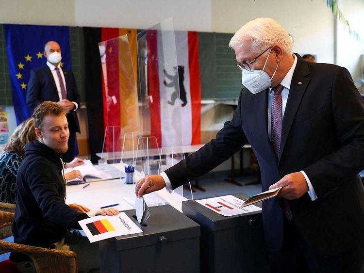 Tổng thống Đức Frank-Walter Steinmeier và Phu nhân là bà Elke Büdenbender đã tới điểm bỏ phiếu tại trường tiểu học Erich-Kästner-Grundschule thuộc quận Steglitz-Zehlendorf ở Berlin để tham gia bỏ phiếu. (Nguồn: AFP)