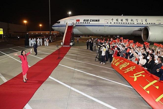 Bà Mạnh Vãn Chu được trải thảm đỏ chào đón khi trở về Thâm Quyến, Trung Quốc vào tối ngày 25/9 (Ảnh: Xinhua).