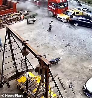 Tài xế thoát khỏi xe chứng kiến vụ tai nạn