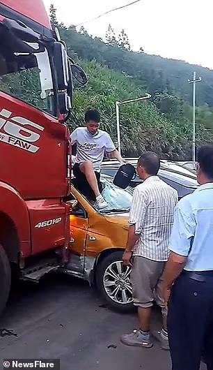 Tài xế taxi được giải cứu khỏi chiếc xe bị đâm bẹp