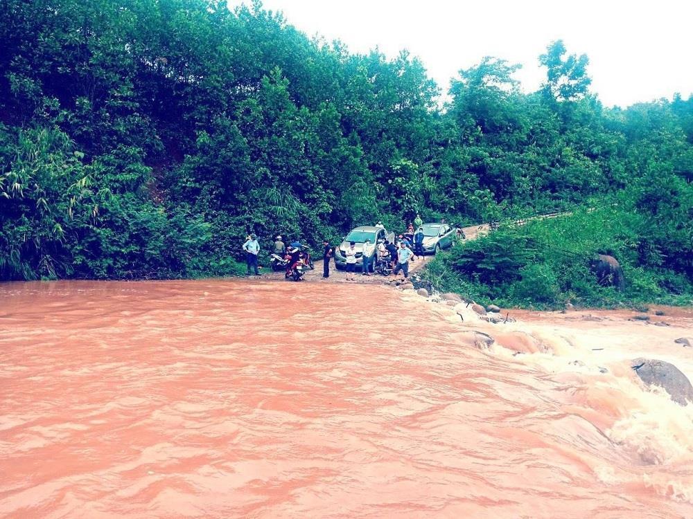 Mưa lũ chia cắt nhiều địa phương ở Quảng Bình, 5 người còn mất tích - 1