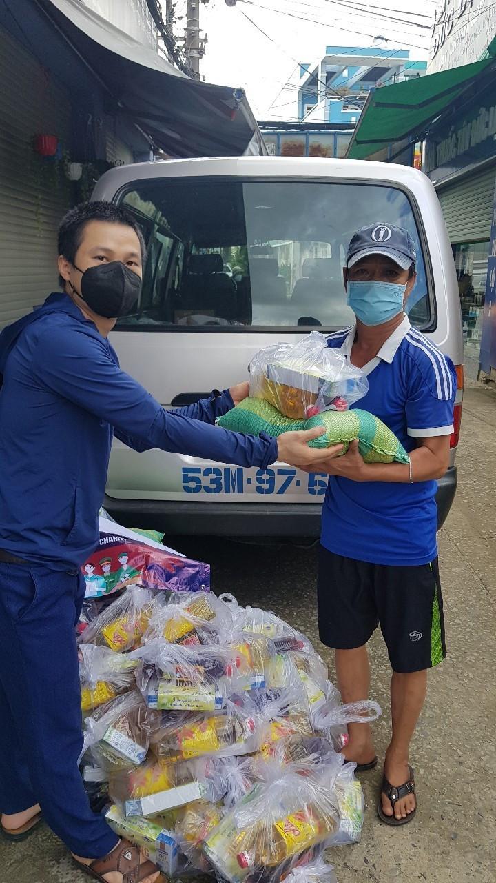 Hội người Việt Nam tại Hàn Quốc hỗ trợ nhu yếu phẩm cho người dân TP.HCM và Bình Dương