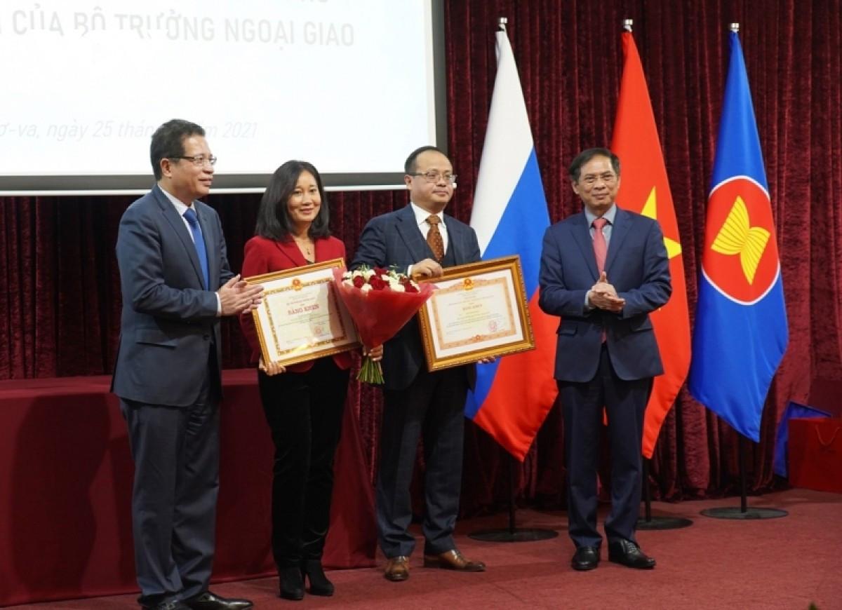Trao tặng bằng khen của Thủ tướng cho ĐSQ Việt Nam và Chủ tịch Hội người Việt Nam tại Nga
