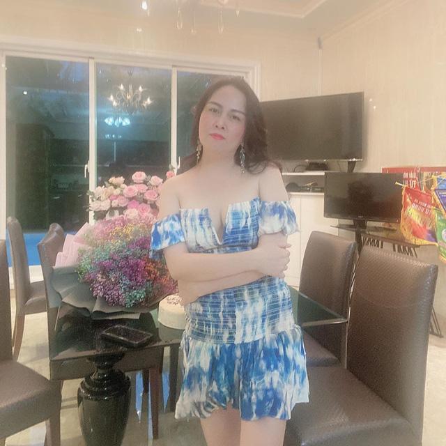 Phượng Chanel u mê váy áo trễ vai như sắp tụt-4