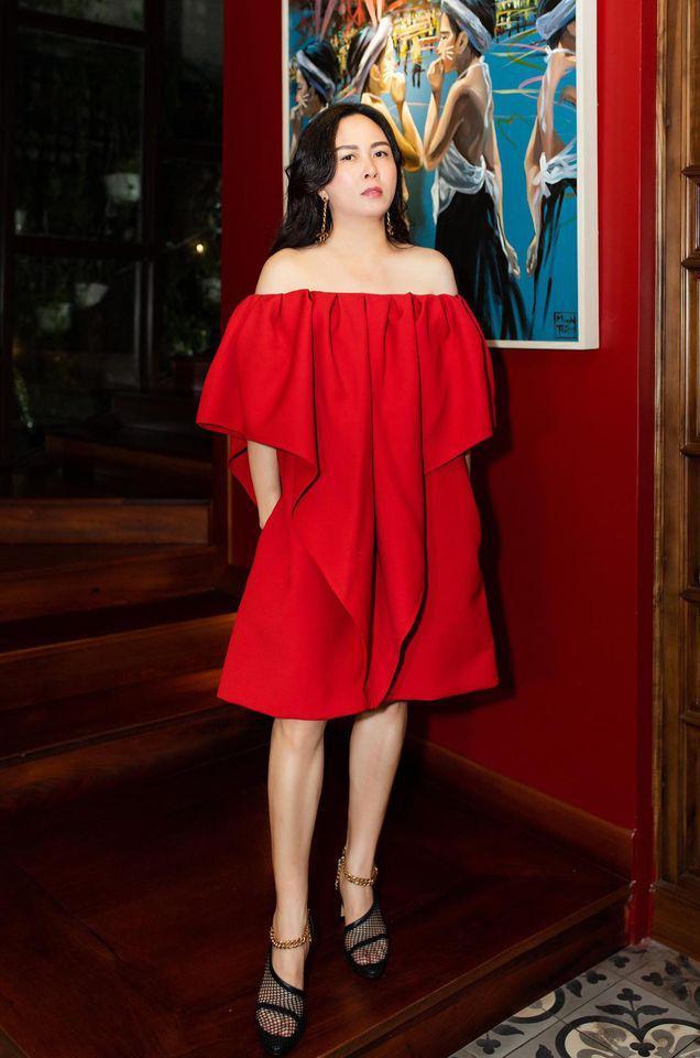 Phượng Chanel u mê váy áo trễ vai như sắp tụt-7