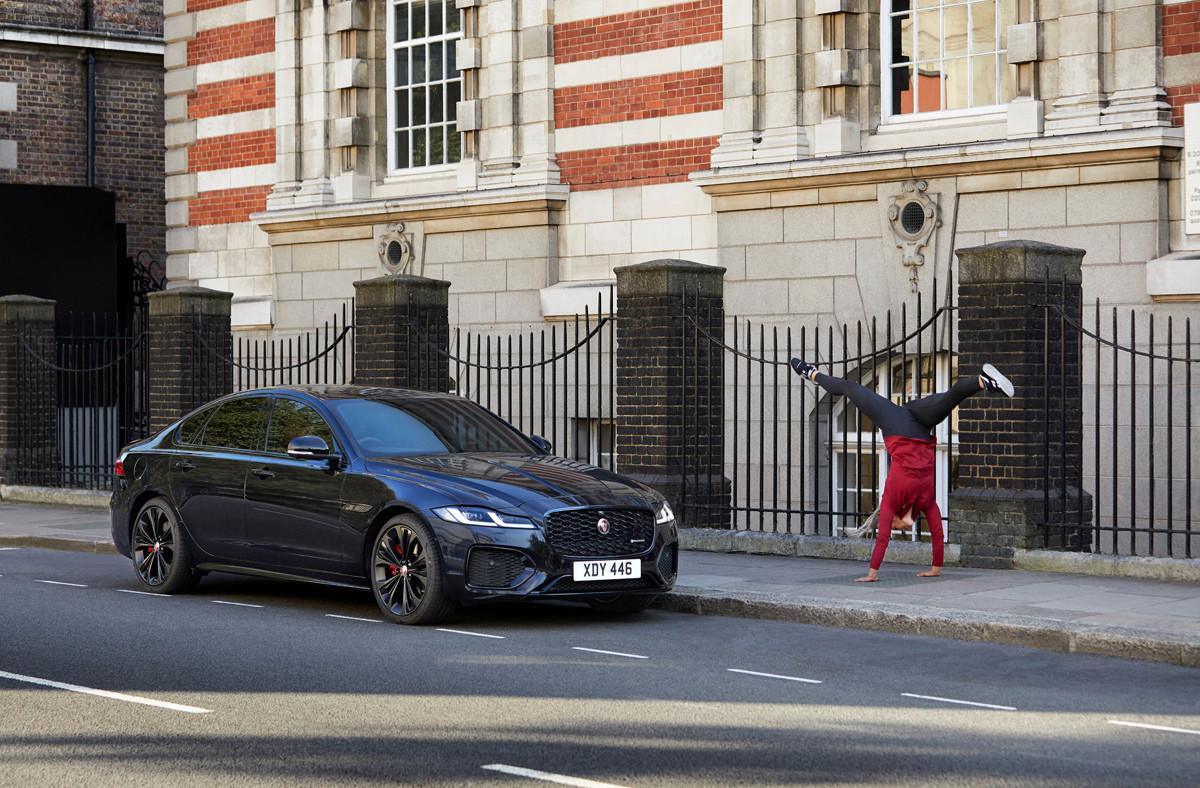 Cuộc đua kết thúc tại Phố Baker nổi tiếng của London, nơi những tấm vé được trả lại theo một phong cách ngoạn mục