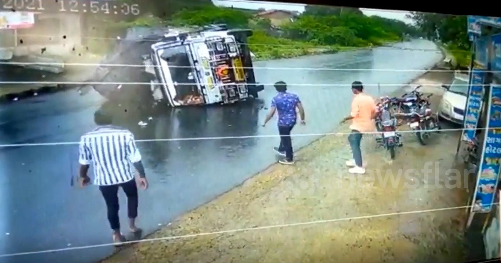 Hiện trường vụ tai nạn, xe tải lặt nghiêng trên đường