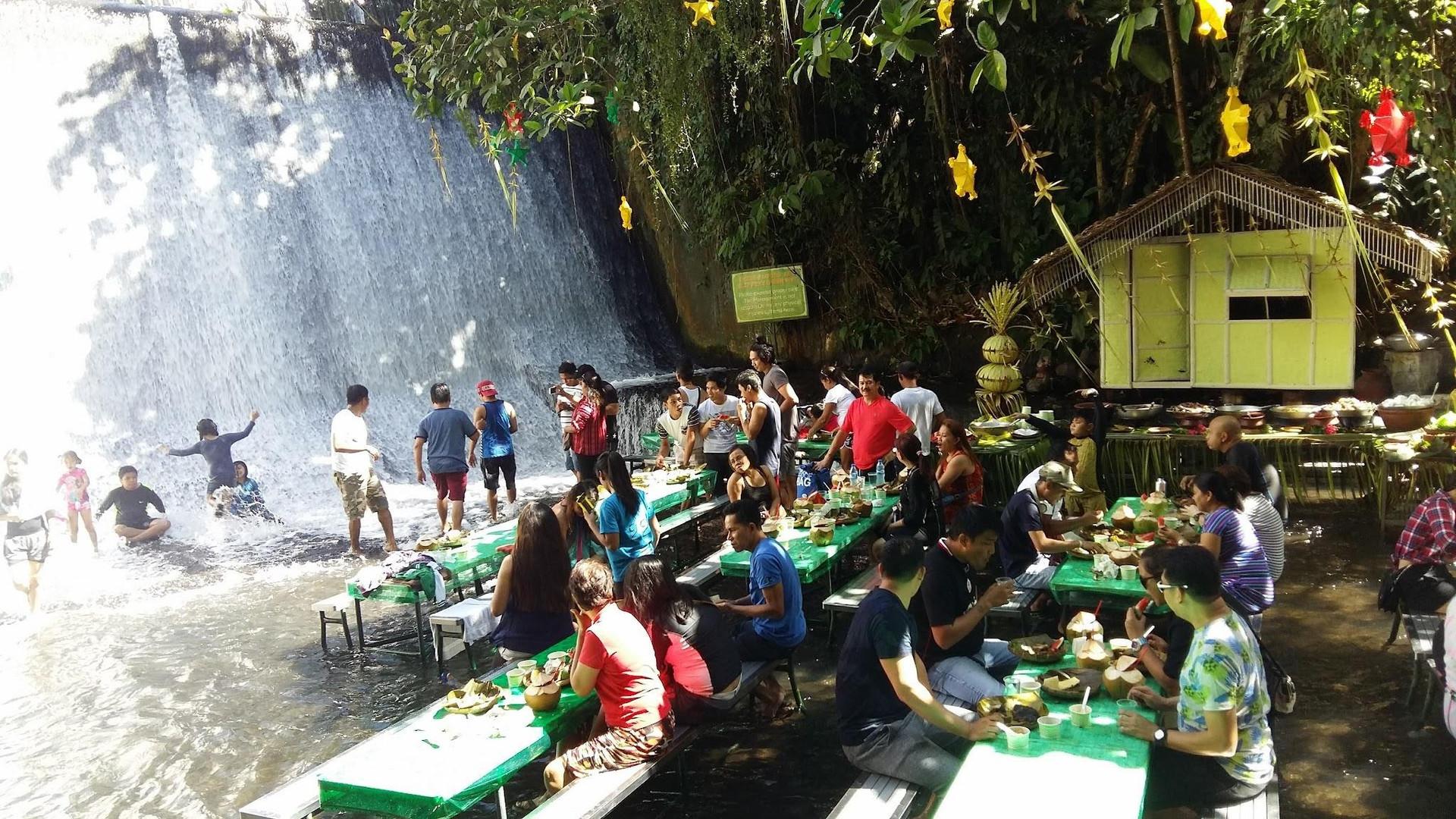Ăn ngon thêm vạn lần với nhà hàng dưới chân thác độc lạ ở Philippines - 2