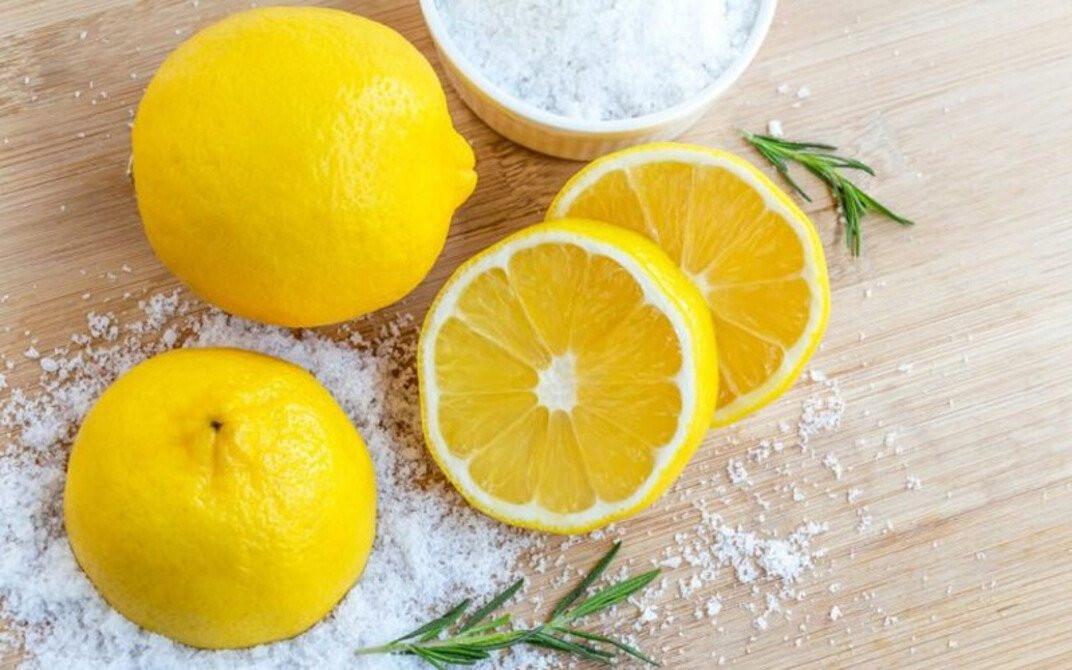 Dưỡng da nách trắng sáng, mịn màng, không còn mùi hôi khó chịu nhờ công thức trị thâm nách bằng chanh và muối.