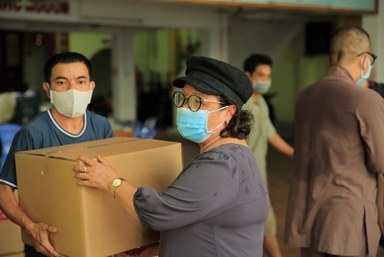 Tiếp tục tặng hàng trăm tấn nhu yếu phẩm, ca sĩ Hà Phương tri ân gia đình bằng việc làm từ thiện