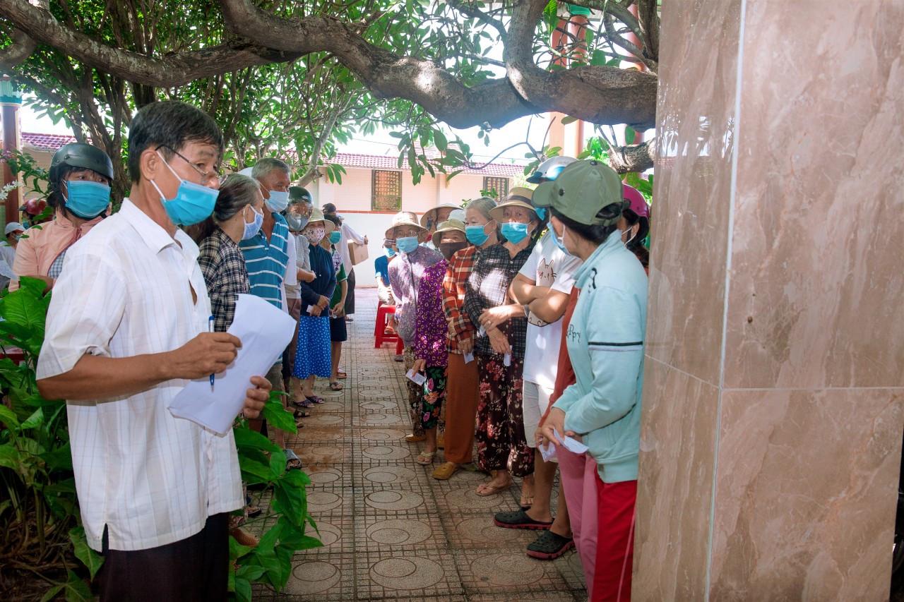 Gia đình ca sĩ Việt kiều Hà Phương tặng 1.000 suất quà và tiền mặt cho người dân TP.HCM, Bình Định và Khánh Hoà