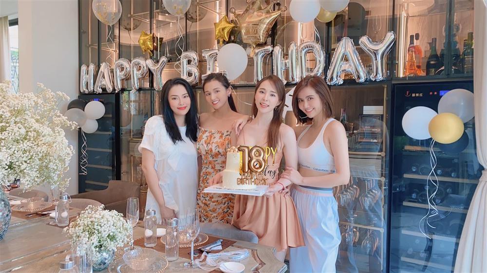 Sánh đôi cùng Việt Anh, Quỳnh Nga loay hoay che ngực vì chiếc váy phô phang vòng 1-7