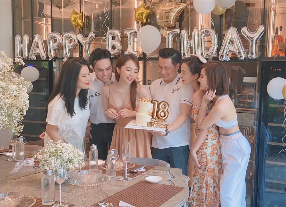 Sánh đôi cùng Việt Anh, Quỳnh Nga loay hoay che ngực vì chiếc váy phô phang vòng 1-2