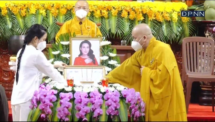 Lễ cầu siêu ca sĩ Phi Nhung: Trao bằng tuyên dương công đức-7