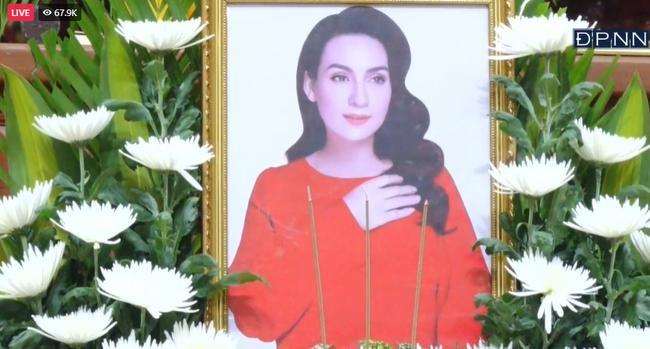 Con gái nuôi Phi Nhung thay mẹ nhận bằng khen trong lễ cầu siêu-2