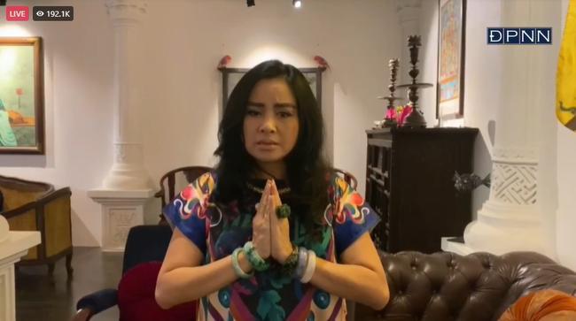 Con gái nuôi Phi Nhung thay mẹ nhận bằng khen trong lễ cầu siêu-5