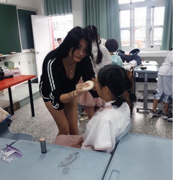 Đưa con đi thi văn nghệ, bà mẹ trẻ Trung Quốc hút chú ý vì ăn vận