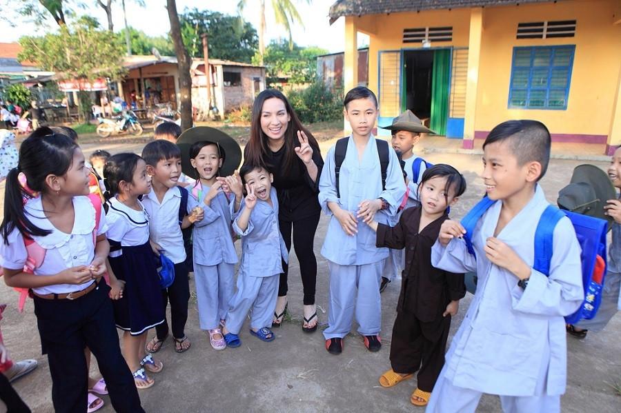 Phi Nhung là mẹ nuôi của 23 đứa trẻ