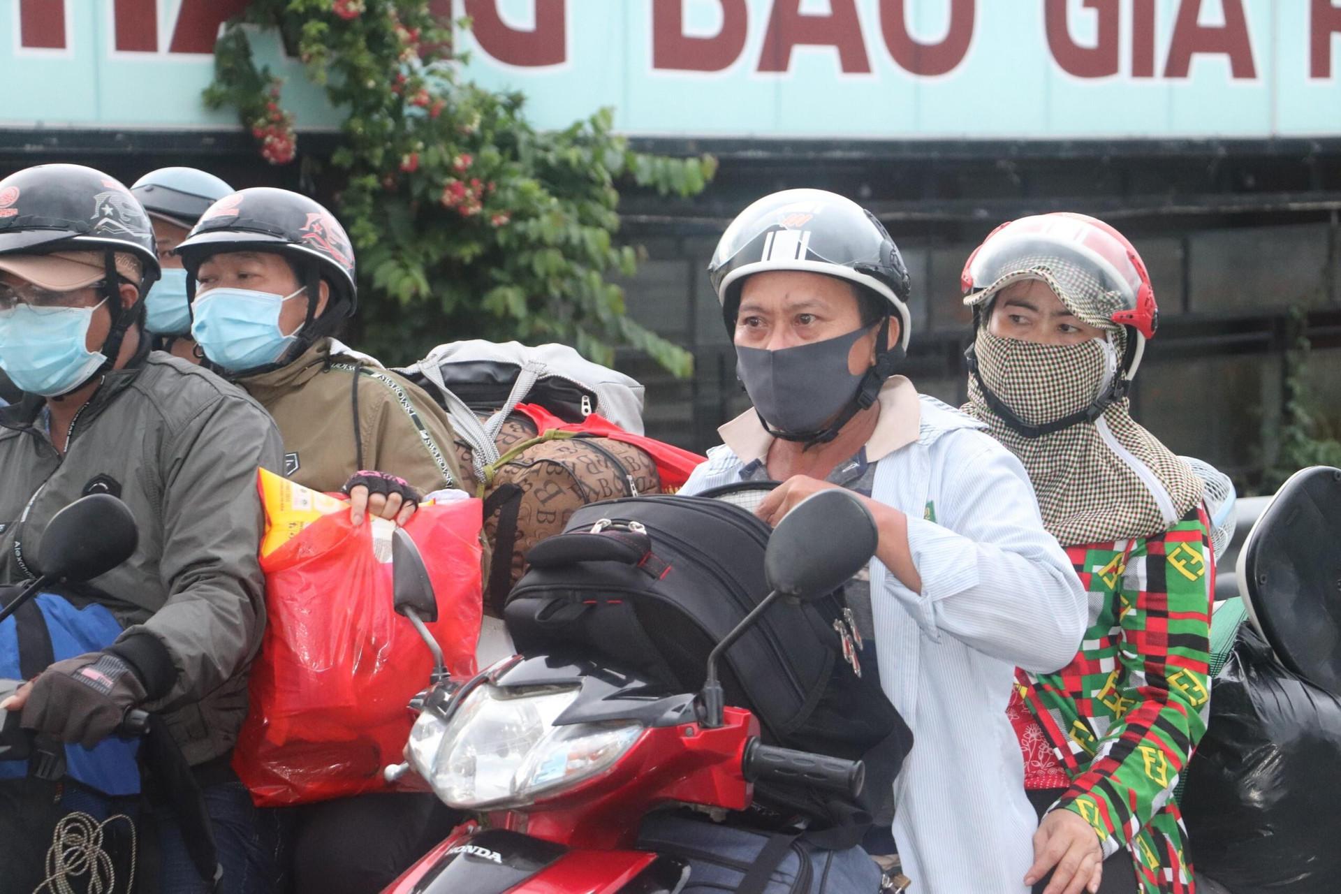 Người dân ồ ạt về quê bằng xe máy: Nhiều tỉnh miền Tây lo thiếu khu cách ly  - 2