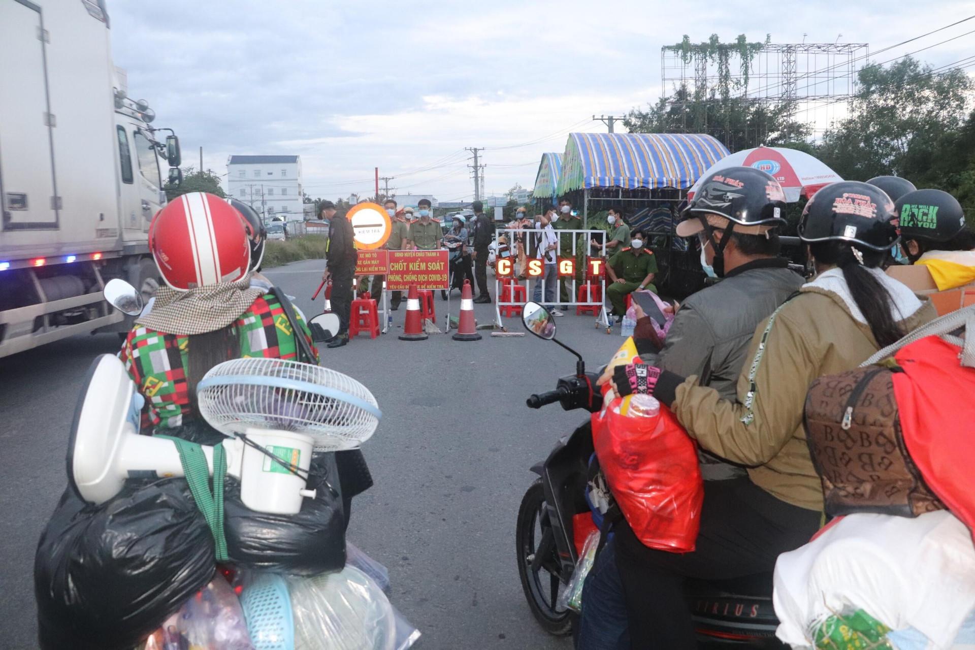 Người dân ồ ạt về quê bằng xe máy: Nhiều tỉnh miền Tây lo thiếu khu cách ly  - 1