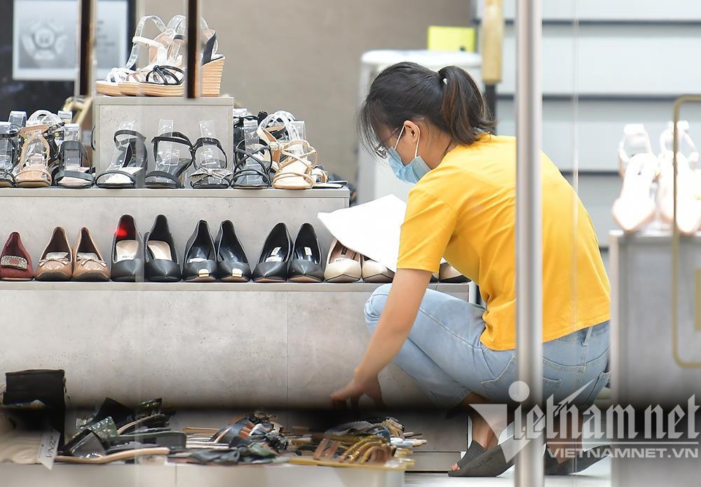Cửa hàng thời trang Hà Nội dọn dẹp xuyên đêm, đón ngày mới hiếm có - 1