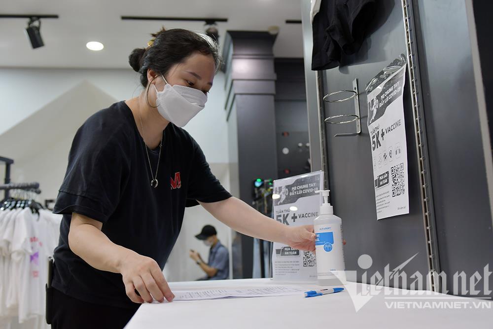 Cửa hàng thời trang Hà Nội dọn dẹp xuyên đêm, đón ngày mới hiếm có - 3