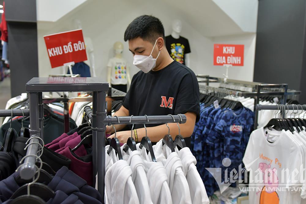 Cửa hàng thời trang Hà Nội dọn dẹp xuyên đêm, đón ngày mới hiếm có - 7