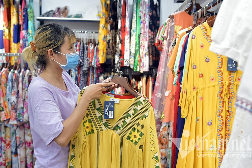 Cửa hàng thời trang Hà Nội dọn dẹp xuyên đêm, đón ngày mới hiếm có - 8