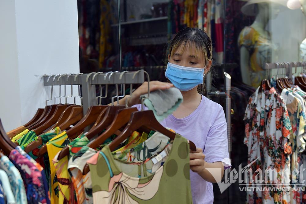 Cửa hàng thời trang Hà Nội dọn dẹp xuyên đêm, đón ngày mới hiếm có - 10