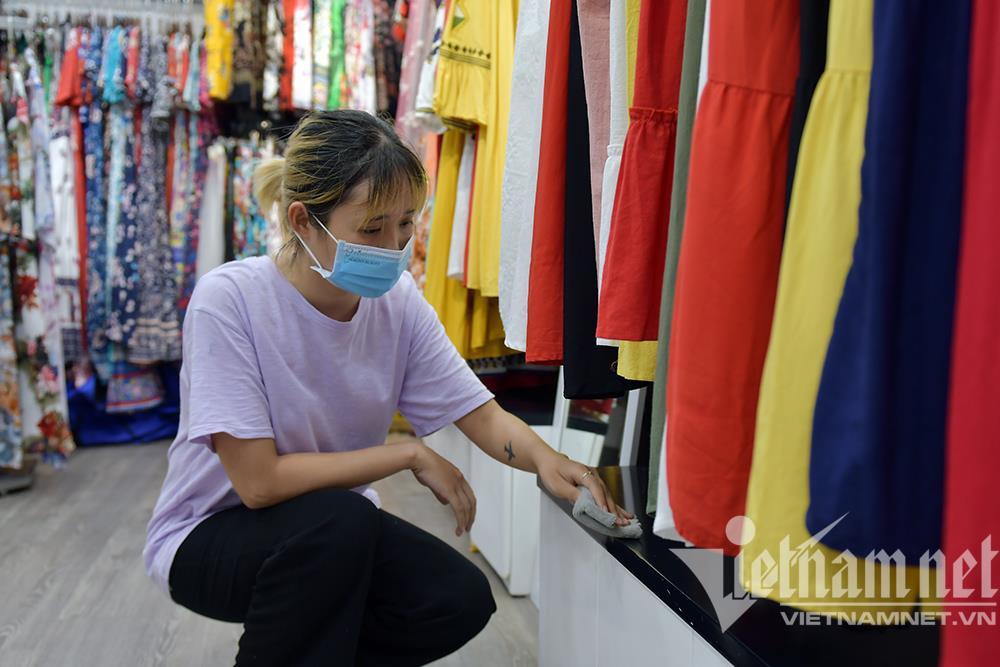 Cửa hàng thời trang Hà Nội dọn dẹp xuyên đêm, đón ngày mới hiếm có - 9