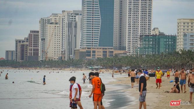 Biển du lịch Đà Nẵng trong ngày áp dụng trạng thái bình thường mới